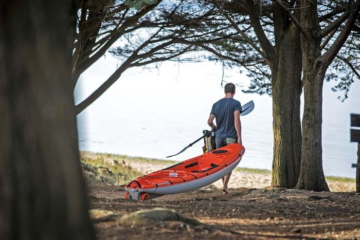 Men dragging kayak, кајакарење